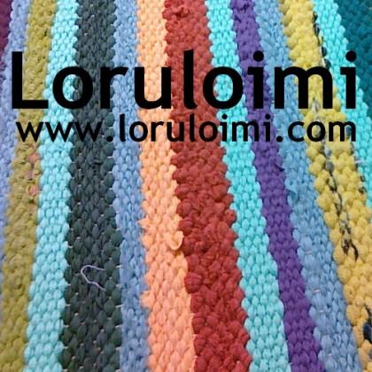 Värikkään raidallinen matto. Teksti: Loruloimi, www.loruloimi.com