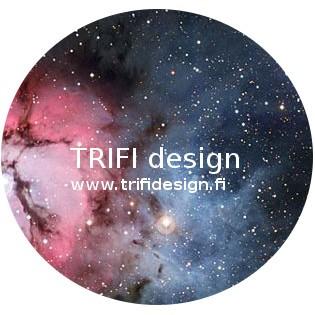 Valkoinen teksti pyöreällä taustalla, jossa linnunrata: TRIFI design, www.trifidesign.fi.