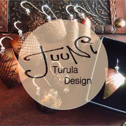 Korvakoruja pöydällä. Päällä teksti: Tuuni Turula design.